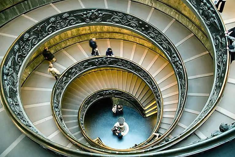 Le scale a chiocciola elicoidale a doppia spirale nei Musei Vaticani a Roma