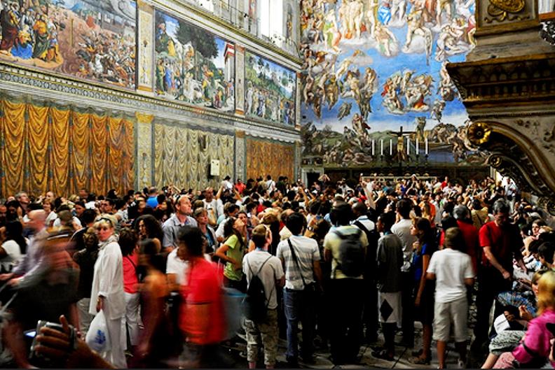 Visitantes dentro de la Capilla Sixtina, Museos Vaticanos